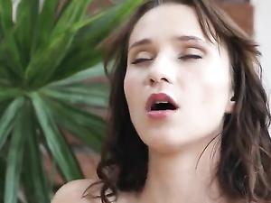 Teen In A Tee Shirt Masturbates Her Sexy Cunt